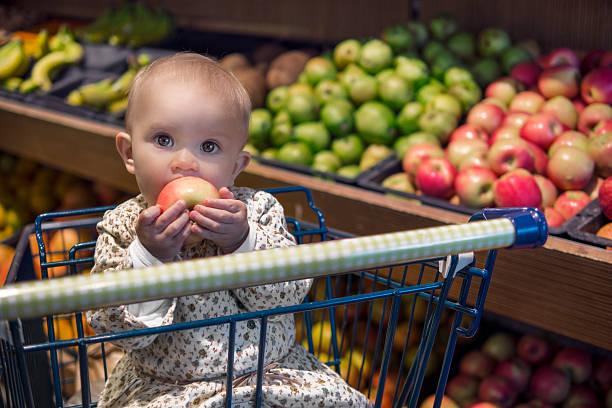 Lebensmitteleinkauf mit baby – Foto