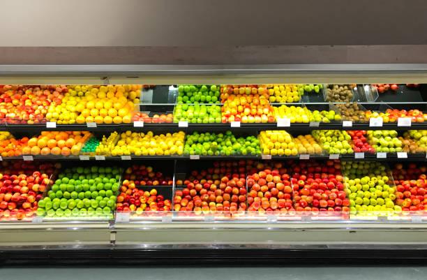 kruidenier en supermarkt retail koelkast display agf vruchten - marktkraam stockfoto's en -beelden