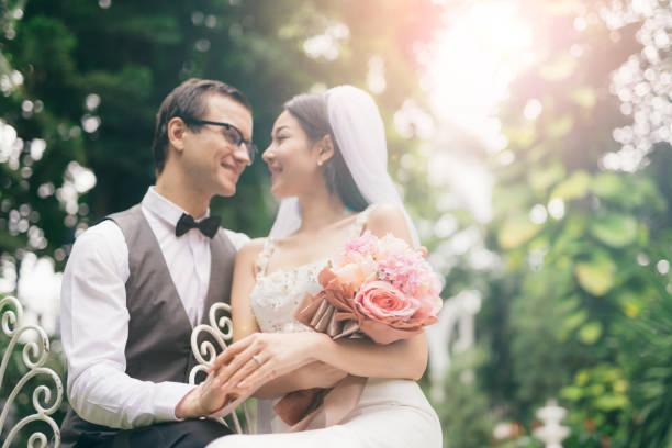 bräutigam und braut zusammen. hochzeit couple.married - hipster braut stock-fotos und bilder