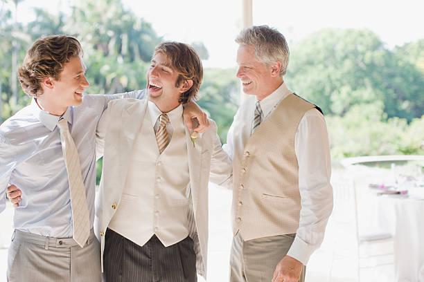 bräutigam und die trauzeugen gibt es umarmen - hochzeitsanzug herren stock-fotos und bilder