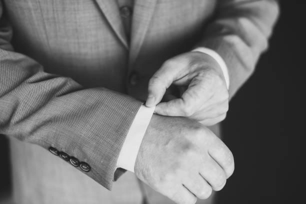 ein hemd knöpfte bräutigam - hochzeitskleid in schwarz stock-fotos und bilder