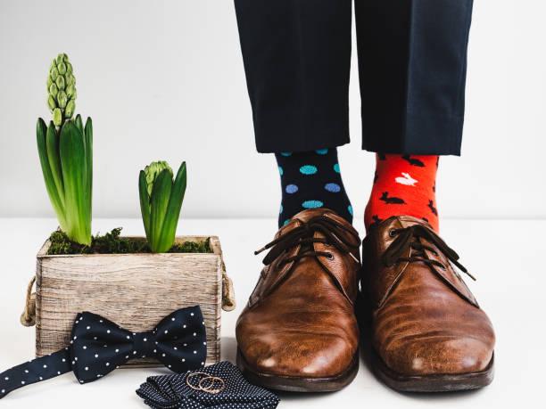 bräutigam, lustige socken, ringe, blume und fliege - bräutigam anzug vintage stock-fotos und bilder