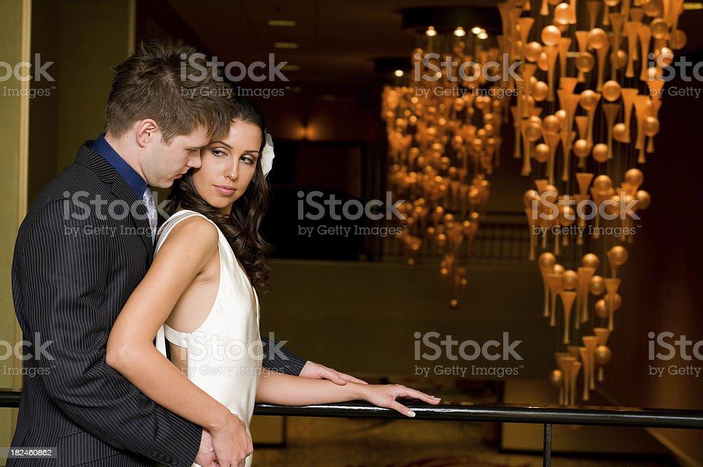 Novio acercarnos a su novia foto de stock libre de derechos