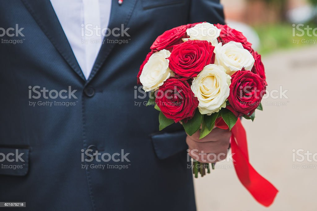 groom holding a bouquet of white daisies, flowers in male photo libre de droits