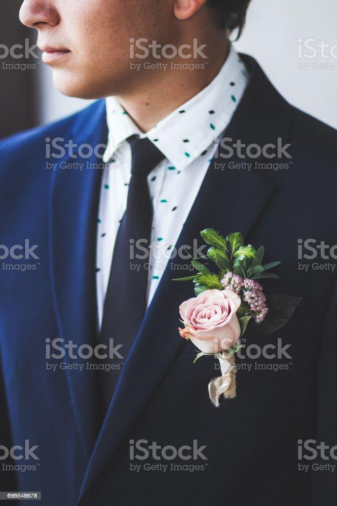 Novio Con Traje Oscuro Con Flor En El Ojal Con Rosa Fresca