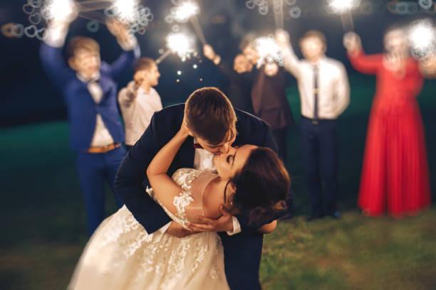 besos de la novia del novio durante la ceremonia de la boda en la naturaleza de noche - boda fotografías e imágenes de stock