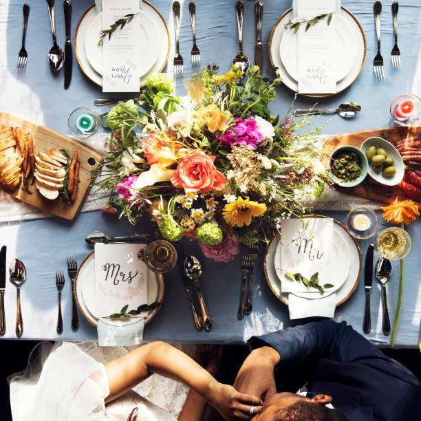 新郎結婚式受付空撮で花嫁の手にキス - 結婚式 ストックフォトと画像