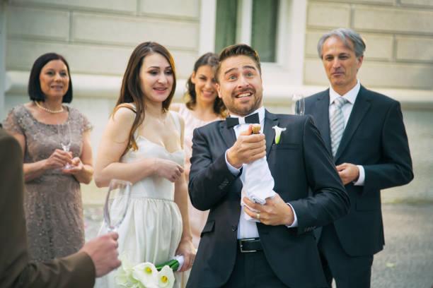groom eröffnet champagner auf seiner hochzeit - hochzeitskleid über 50 stock-fotos und bilder