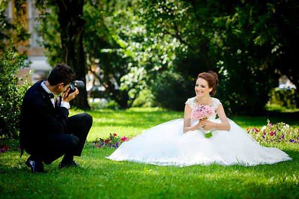 fotografieren seine braut und bräutigam - wedding photography and videography stock-fotos und bilder