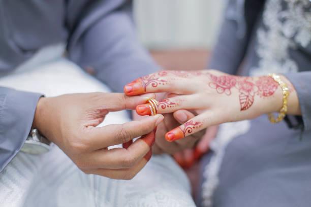 Bräutigam, Braut Hand einen Ehering aufgesetzt – Foto