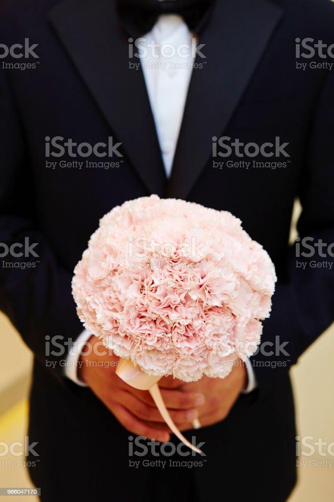 Bräutigam mit Blumenstrauß - Lizenzfrei Blume Stock-Foto