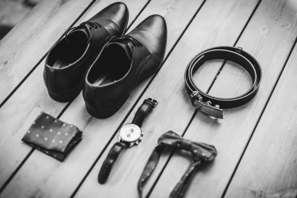 bräutigam accessoriers für eine hochzeit - schuhe, tuch, fliege, uhr und ein ledergürtel. - bräutigam anzug vintage stock-fotos und bilder