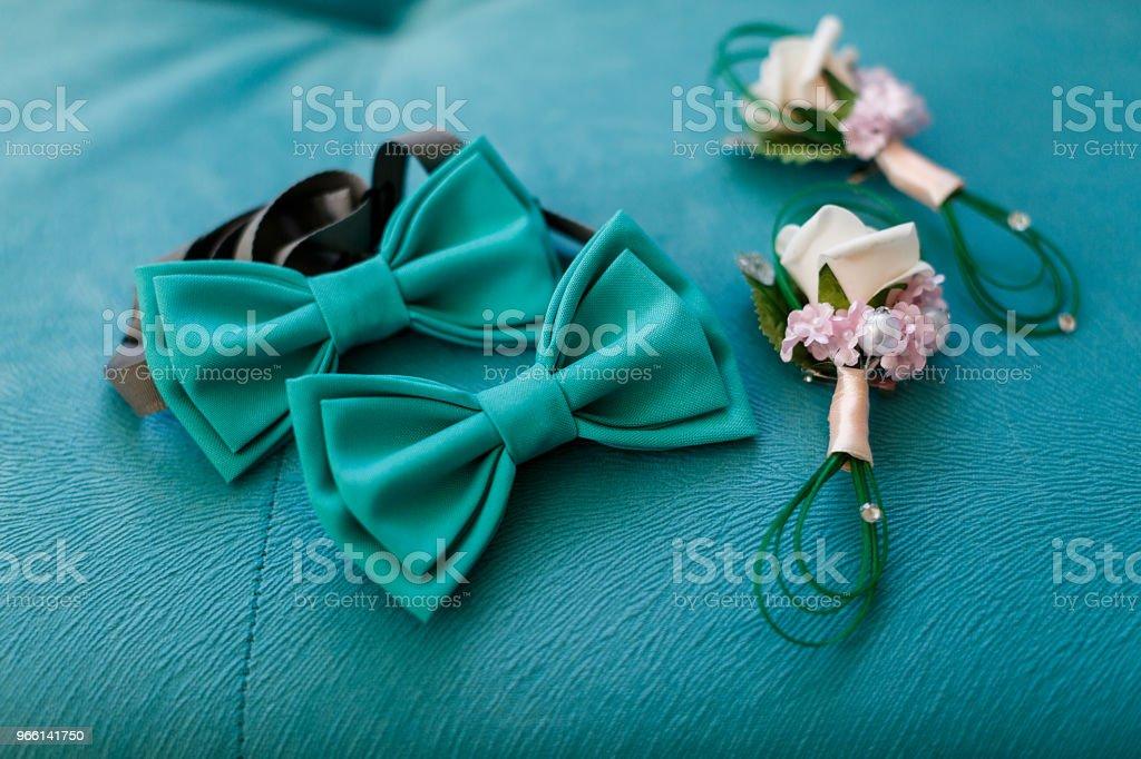 Brudgummens morgon. Bröllop tillbehör. fluga,, bröllop boutonniere - Royaltyfri Brud Bildbanksbilder