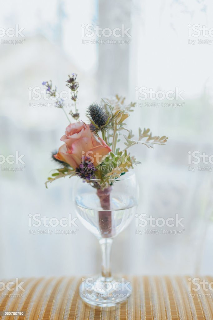Des Bräutigams Orangenblüten mit Rose und Wildblumen Bräutigam in einem Glas Wasser warten Lizenzfreies stock-foto