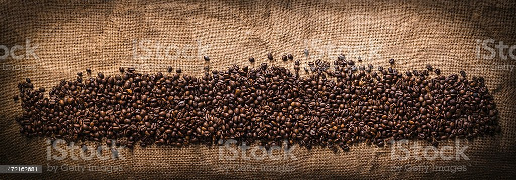 grãos de café em serapilheira stock photo