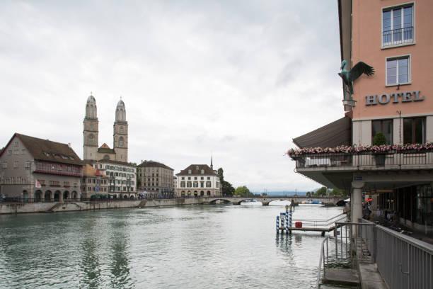 grossmünster and limmat river in zürich - zurigo foto e immagini stock