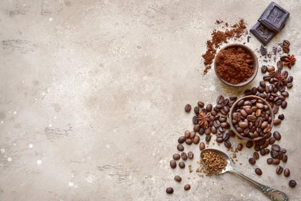 Gemahlenen Kaffee und Kaffeebohnen mit Gewürzen – Foto