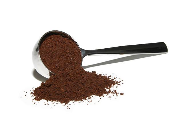 pulver-löffel mit kaffee - kaffeepulver stock-fotos und bilder