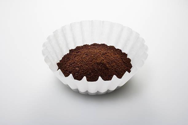 gemahlener kaffee in filtern - kaffeepulver stock-fotos und bilder
