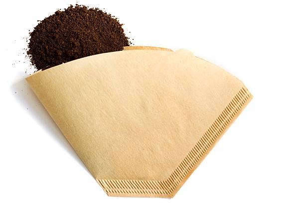 gemahlener kaffee pile und filter auf weißem hintergrund - kuqa stock-fotos und bilder