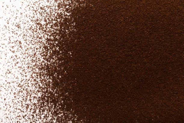 gemahlenen kaffee haufen isoliert auf weißem hintergrund - kaffeepulver stock-fotos und bilder