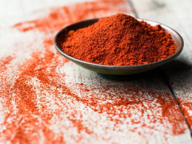 gemalen paprika in een kom - paprikapoeder stockfoto's en -beelden