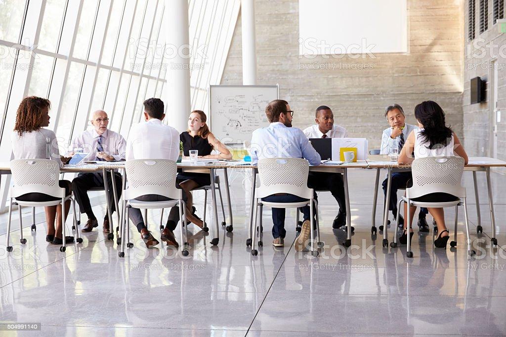 Groupe de réunion daffaires autour de table dans le bureau moderne