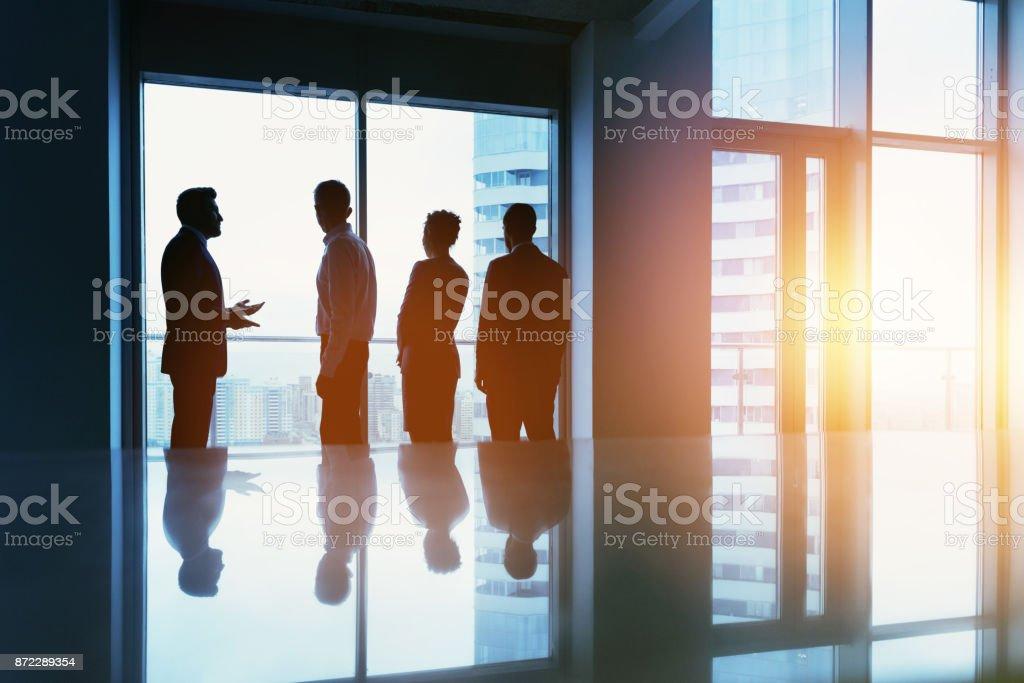 Concepto de grupo empresarial personas ventanal oficina - foto de stock
