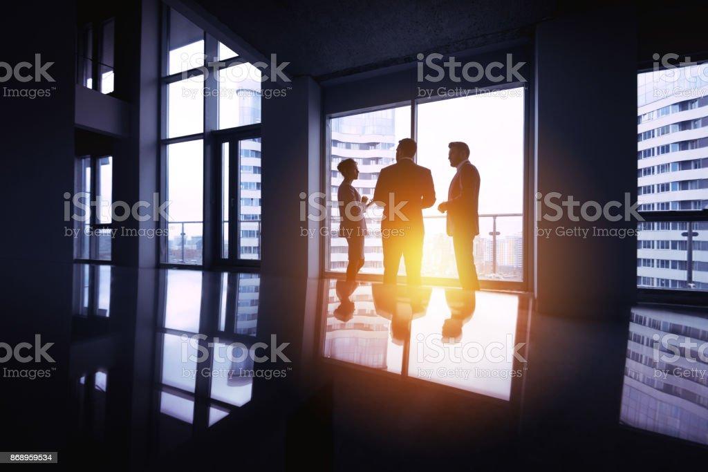 Grupo de hombres de negocios siluetas tres oficina gran concepto de ventana - foto de stock