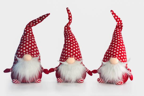 beyaz arka plan üzerinde izole grup noel yumuşak oyuncak elfler - peri hayali karakter stok fotoğraflar ve resimler