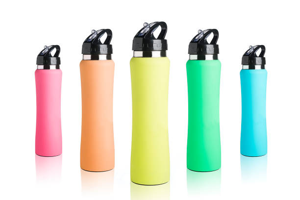 garrafa de água colorida de grupo - fundo branco puro - sports water bottle - fotografias e filmes do acervo
