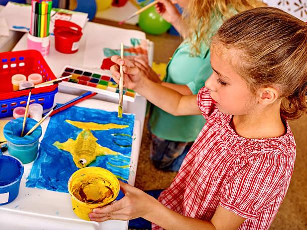 Gruppe Mädchen mit Pinsel Malerei in bereits im kindergarten – Foto