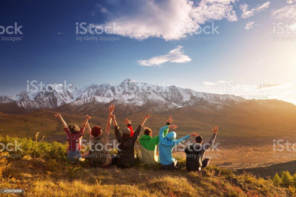 Grupo de amigos felices divirtiéndose de la montaña - foto de stock