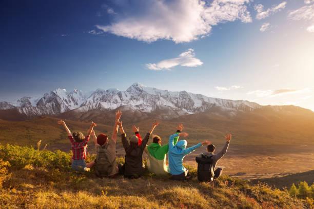 gruppe happy freunde spaß berggipfel - beste freundin stock-fotos und bilder