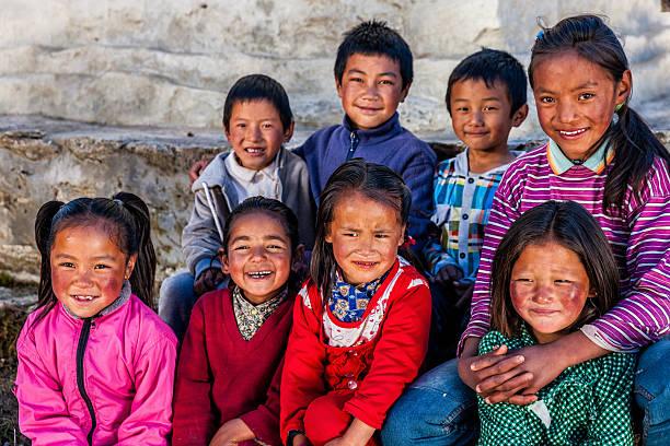 gruppe glücklich kinder in mount everest region mit sherpa-futter  - nepal tibet stock-fotos und bilder