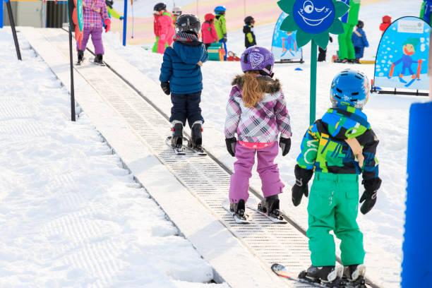 gruppen är på väg upp för första gången skidåkning - winter austria train bildbanksfoton och bilder