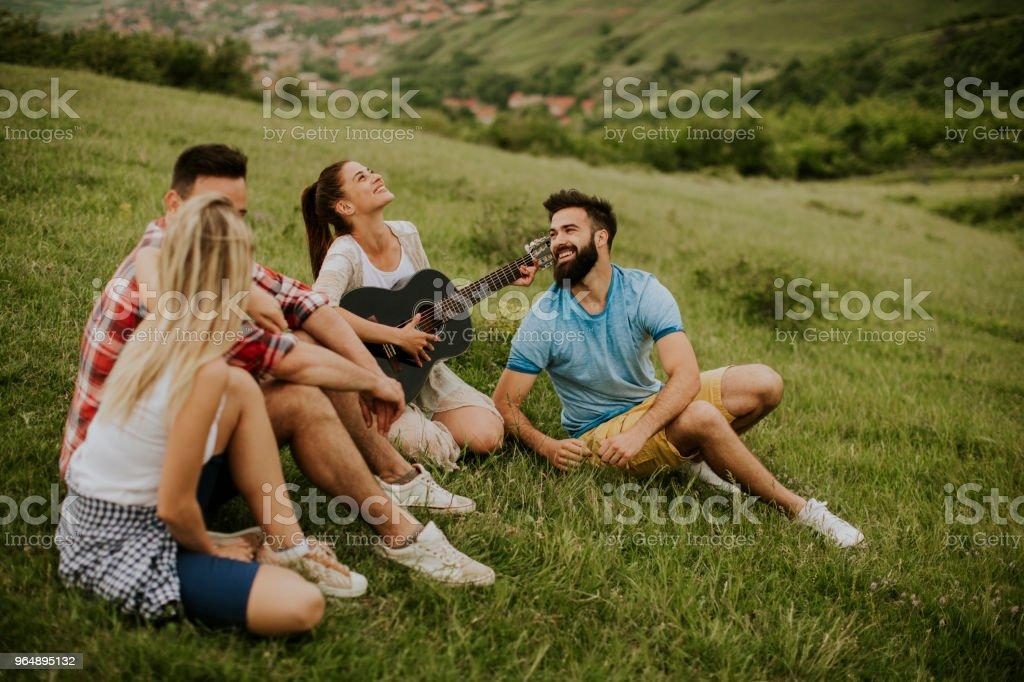 年輕人在自然旅行中玩得開心的人群 - 免版稅一起圖庫照片