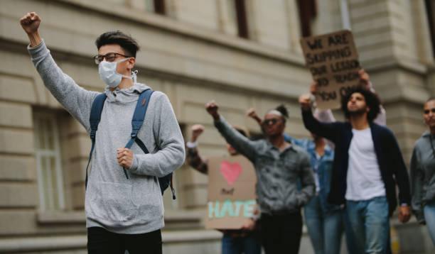 grupo de activistas que protestan por carretera - civil rights fotografías e imágenes de stock