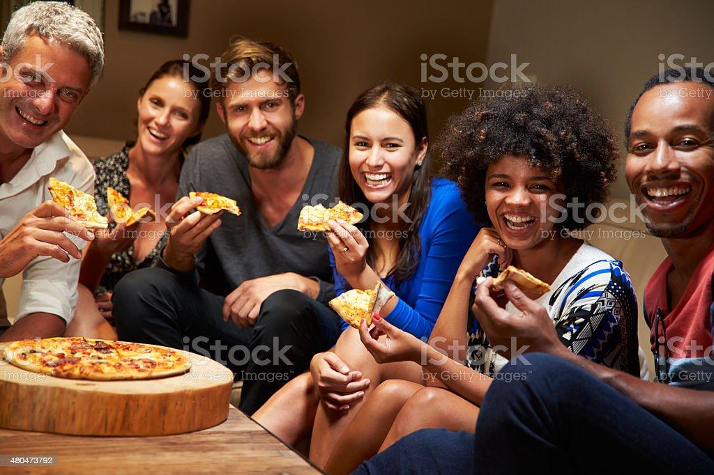 Grupo de amigos de adulto comendo pizza em uma festa - foto de acervo