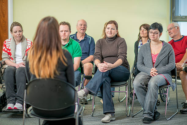 gruppe von personen, die an einen therapie-sitzung - soziologie stock-fotos und bilder