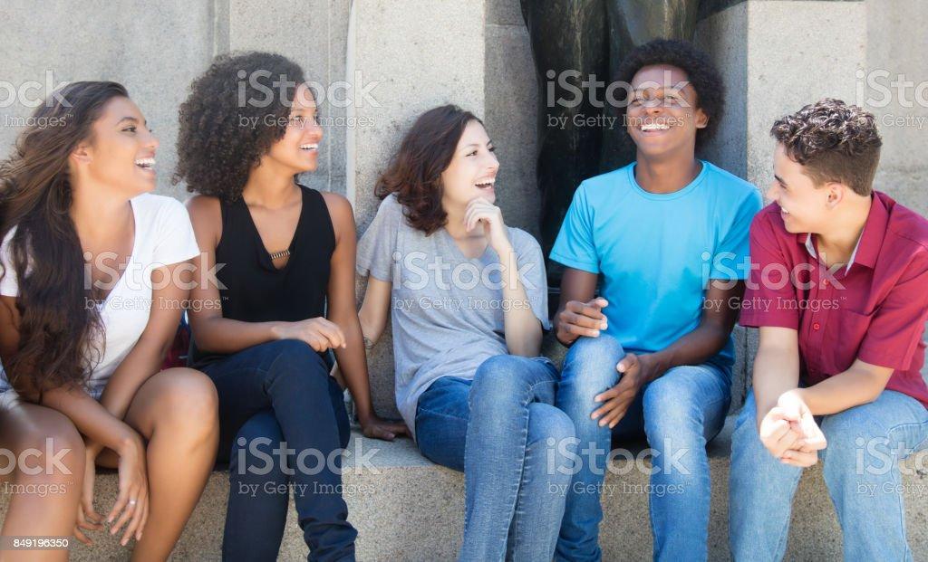 Grupo de Africano-americanos e latinos e caucasianas pessoas em discussão - foto de acervo