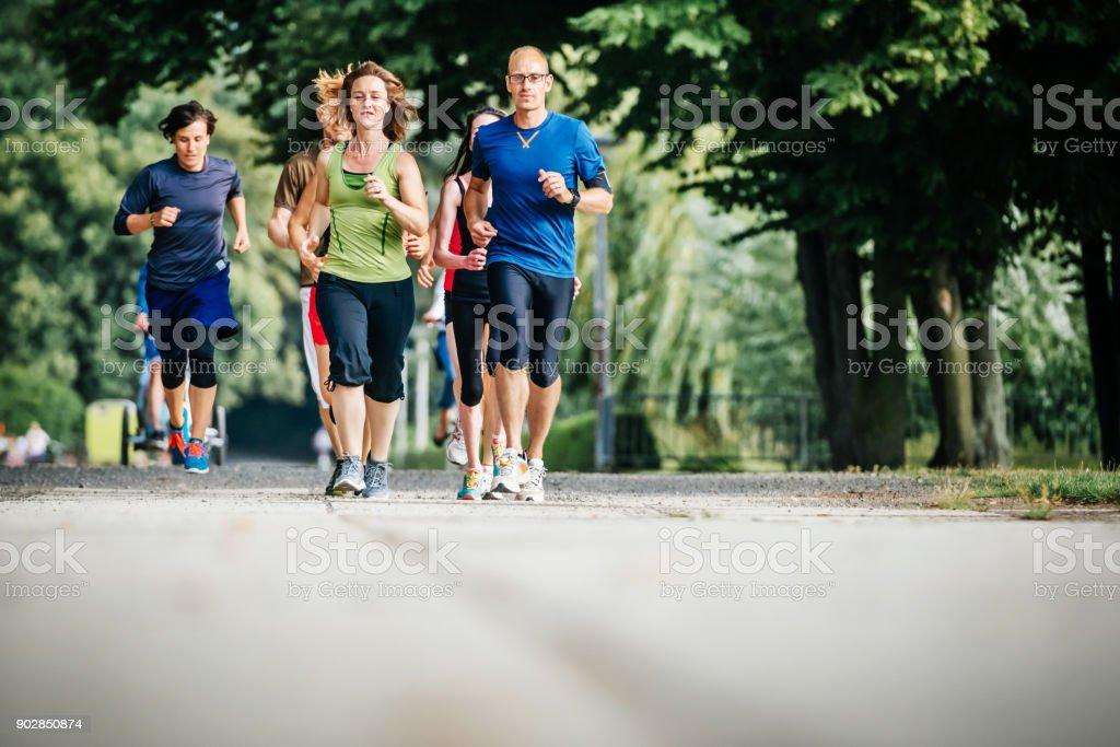 Gruppe von Hobby-Sportler gemeinsam Joggen im Stadtpark – Foto