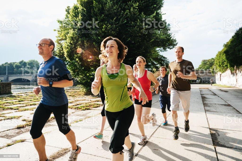 Gruppe von Hobbysportler im freien zusammen zu trainieren, In Sun City – Foto
