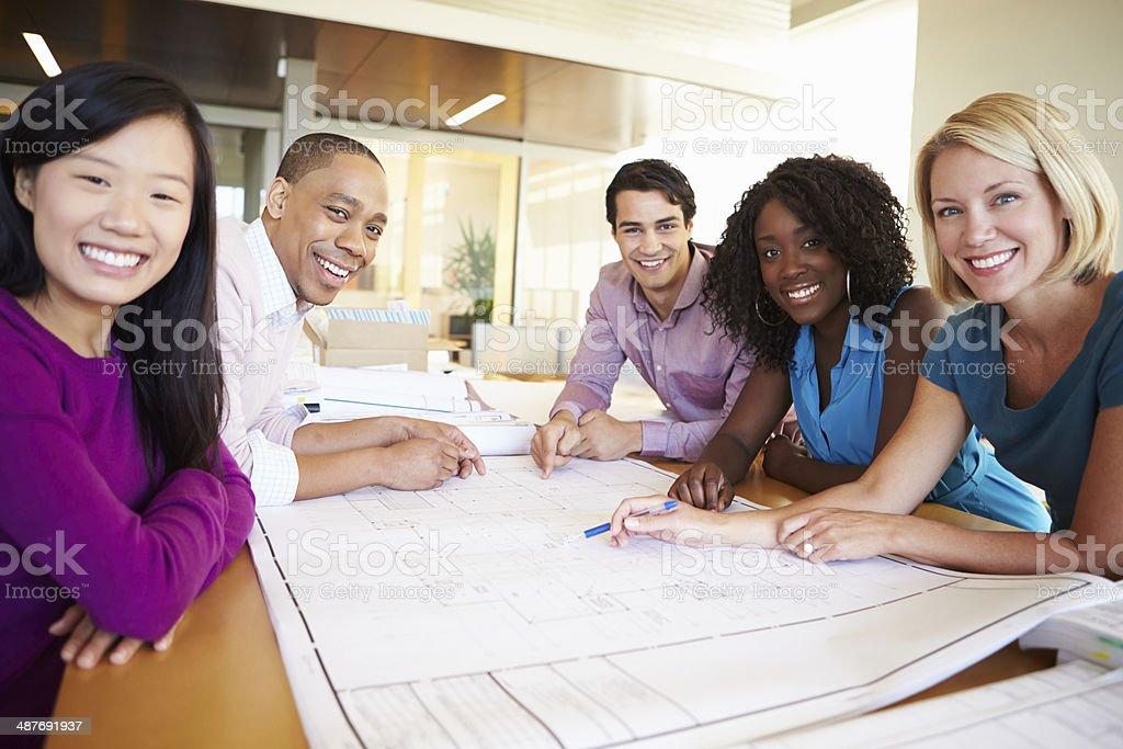 Groupe darchitectes de discuter des plans de bureau moderne