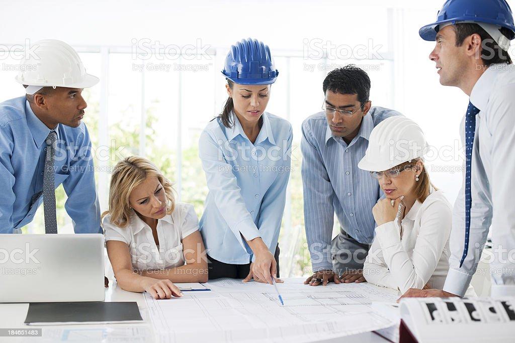 Gruppe von Architekten arbeitet an einem Projekt arbeiten. – Foto