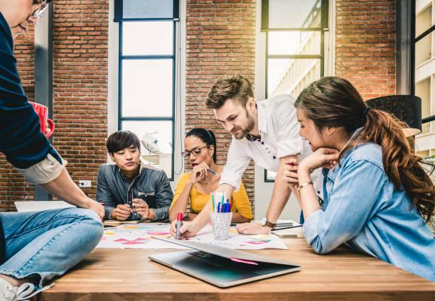 カジュアル スーツ、近代的なオフィス、人々 ビジネス グループ コンセプトに一緒にブレインストーミングとアジアのグループ、民族のビジネス人々 - 文化 ストックフォトと画像