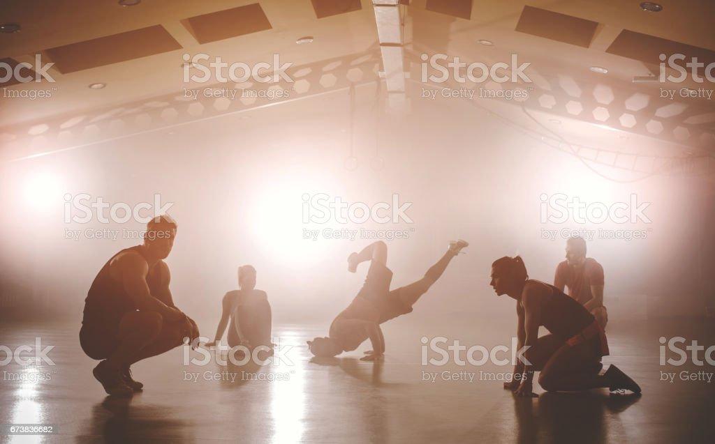 Çapraz Eğitim önce ısınma sporcular grubudur. royalty-free stock photo