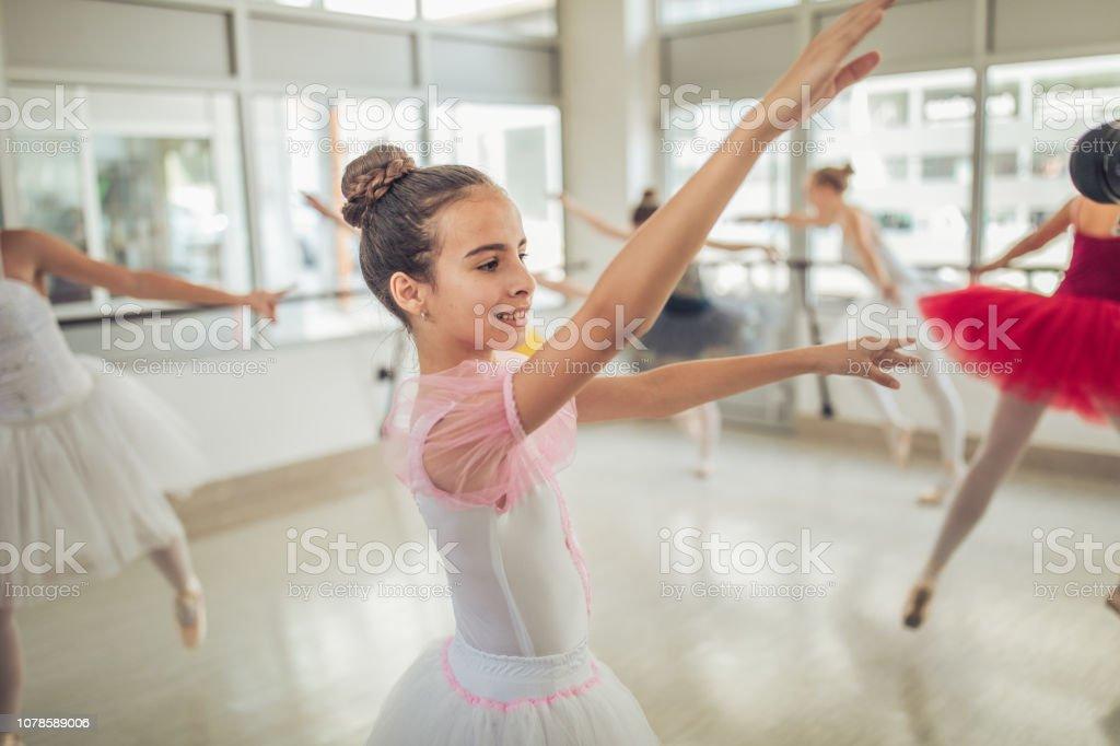 4a1d39831 Grupo De Bailarines De Ballet En El Estudio De Danza Foto de stock y ...