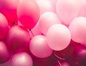 風船のグループには、様々な色合いのピンク