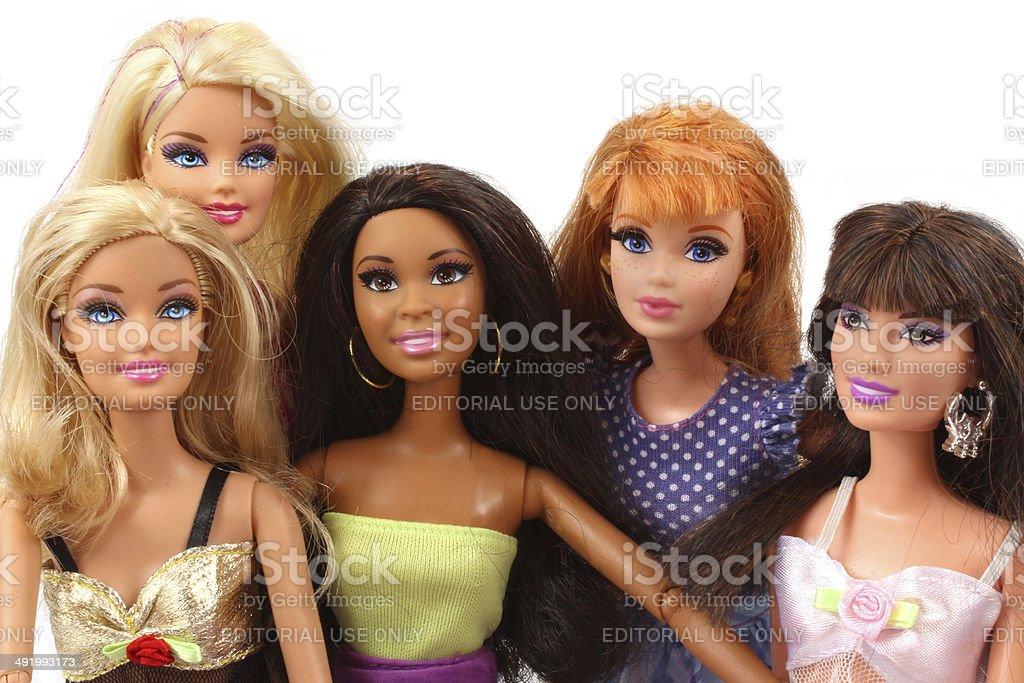 Grupo de Barbie bonecas posando juntos - foto de acervo